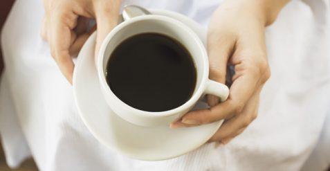 お気に入りの別荘でこだわりのコーヒーを楽しむ
